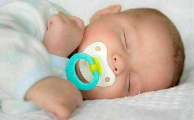 فوائد وأضرار استعمال اللهاية للأطفال