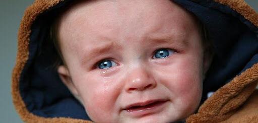 هل بكاء طفلك دون دموع دليل على مشكلة مرضية؟
