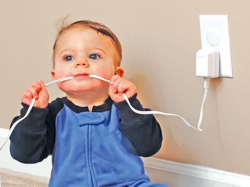 ماذا تفعلين عندما يعرض طفلك  نفسه لخطر كالكهرباء أو الكبريت؟