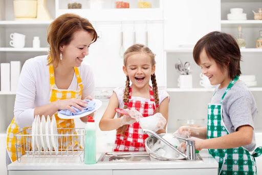 لماذا يجب أن تجعلي أطفالك يشاركوا في أعمال المنزل؟