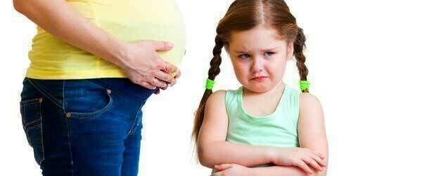 طفلك يغار من شقيقه المولود حديثًا؟ قومي بهذه الأمور الـ4!