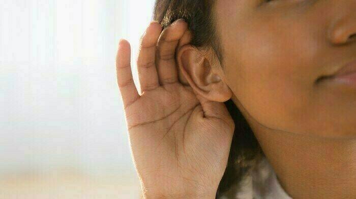 إمرأة لا تستطيع سماع صوت الرجال