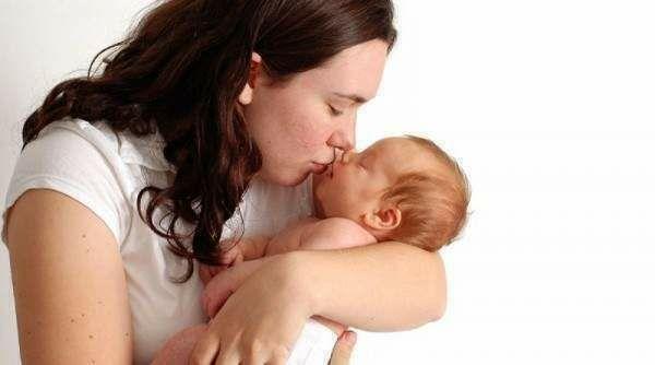 هل حمل الطفل الرضيع كثيرا يفسده ؟