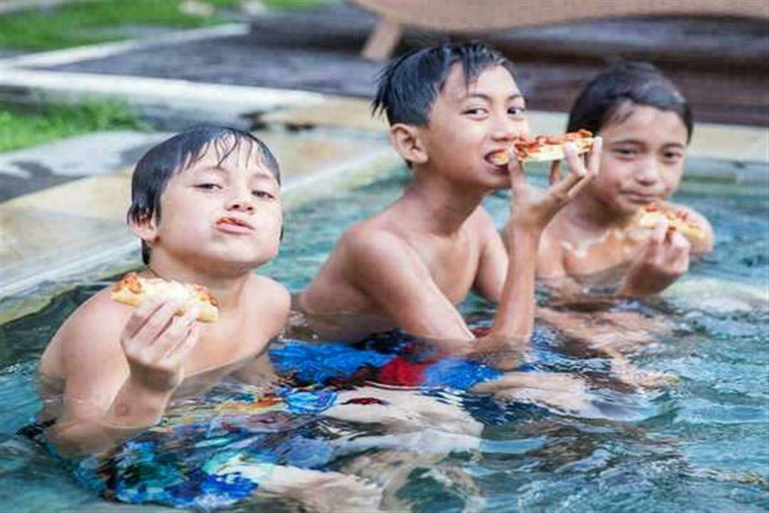 قبل نزوله البحر.. تقديم الطعام لطفلك قد يعرضه للغرق