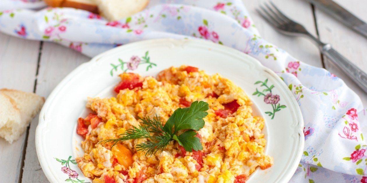 بيض بالجبن والطماطم