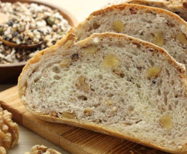 خبز بالجوز والجبن