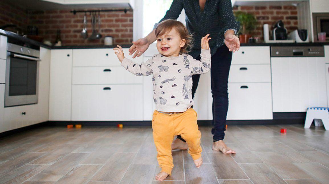 كيف تساعدين طفلك على المشي؟